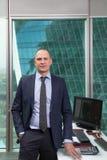 Porträt des erfolgreichen Geschäftsmannes in einer Klage im Büro Stockfotografie