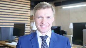 Porträt des erfolgreichen lächelnden Geschäftsmannunternehmerlächelns stock video