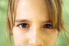 Porträt des ernsten jungen Mädchens, das entlang der Kamera anstarrt Stockbild