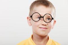 Porträt des ernstes Kinderkleinen Jungen in den Gläsern Stockfotos