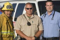 Porträt des Feuerwehrmanns, der Verkehrs-Bullen und des EMT Doctor Lizenzfreie Stockbilder
