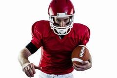Porträt des fokussierten Spielers des amerikanischen Fußballs, der bereit ist anzugreifen Stockbild
