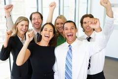 Porträt des Geschäfts Team In Office Celebrating Stockfotos
