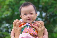 Porträt des glücklichen Babys am allgemeinen Park im Freien Stockbild
