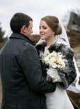 Porträt des glücklichen eben verheirateten Paars, das einander auf betrachtet Stockfoto