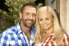 Porträt des glücklichen verheirateten Paars draußen Lizenzfreie Stockfotografie