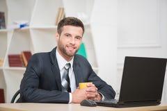 Porträt des hübschen Geschäftsmanngenießens Stockfoto