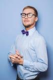 Porträt des hübschen jungen Mannes, der in einem Hemd und in einer Fliege trägt Stockfoto