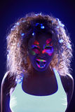 Porträt des hübschen Mädchens mit Süßigkeit im Neonlicht Stockbild