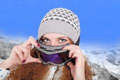 Porträt des hübschen Snowboarderwinters Stockfoto