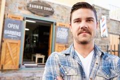 Porträt des Hippies Barber Standing Outside Shop Lizenzfreie Stockfotos