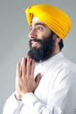 Porträt des indischen Sikhmannes mit einem buschigen Bart betend Lizenzfreie Stockbilder