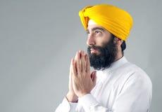 Porträt des indischen Sikhmannes mit einem buschigen Bart betend Stockbilder