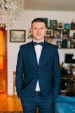 Porträt des jungen kaukasischen Mannes, der stilvollen eleganten Anzug mit Fliege trägt Stockfotos