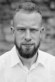 Porträt des jungen roten Haarmannes mit dem Bart Schwarzweiss Stockfotos