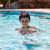 Porträt des Jungenkinderkindes acht Jahre alt, Spaß in der Swimmingpool-Freizeitbetätigungsquadratzusammensetzung habend Lizenzfreie Stockbilder