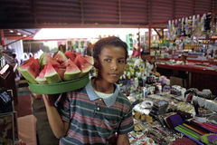 Porträt des Latinojungen Wassermelonen verkaufend Stockfotos