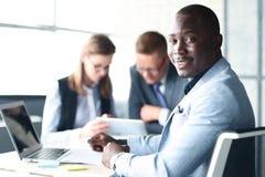 Porträt des lächelnden AfroamerikanerGeschäftsmannes Lizenzfreie Stockbilder