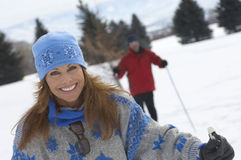 Porträt des lächelnden Frauen-Cross Country-Skifahrens Stockfotos