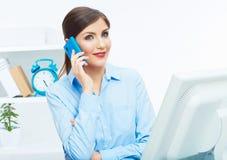 Porträt des lächelnden Geschäftsfrau-Call-Center-Betreibers bei der Arbeit Lizenzfreies Stockfoto