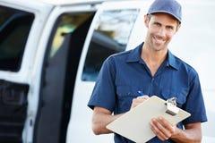 Porträt des Lieferungs-Fahrers With Clipboard Stockfoto