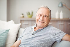 Porträt des älteren Mannes zu Hause lächelnd Stockbild