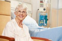 Porträt des älteren weiblichen Patienten gesetzt im Stuhl Stockfotografie