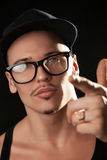 Porträt des männlichen Modells der Mode in den Gläsern Lizenzfreie Stockbilder