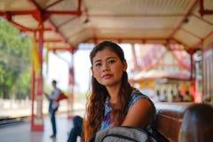 Porträt des Modells sitzend an Hua Hin-Bahnstation Lizenzfreies Stockbild