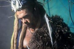 Porträt des nachdenklichen Mannwerwolfs mit einer Haut auf der Schulter Lizenzfreie Stockfotografie