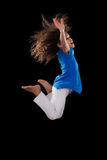 Porträt des jungem Afroamerikanermädchenspringens Stockfotos