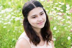 Porträt des netten Mädchens mit Frisur des langen Haares auf der Außenseite Stockbild