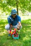 Porträt des netten schwarzen Mannes des Afroamerikaners, der auf Natur lächelt Lizenzfreies Stockfoto