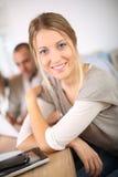 Porträt des recht jungen Mädchens in der Klasse Lizenzfreie Stockfotos