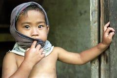 Porträt des schüchternen philippinischen Jungen mit glänzenden Augen Lizenzfreie Stockfotos