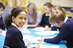 Porträt des Schülers im Klassenzimmer mit Lehrer Stockfoto