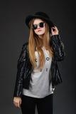 Porträt des schönen jungen Mädchens, das schwarzen geglaubten Hut, Sunglas trägt Lizenzfreies Stockfoto