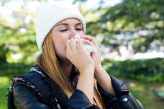 Porträt des schönen Mädchens mit dem Gewebe, das Grippe oder Allergie hat Stockbild