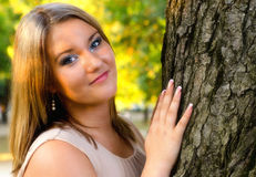 Porträt des schönen molligen Mädchens Stockbilder