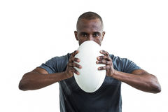 Porträt des Sportlers Rugbyball drückend Stockfoto