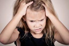 Porträt des traurigen blonden kleinen Mädchens Lizenzfreies Stockfoto
