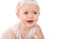 Porträt des traurigen kleinen Mädchens, das für ihr Spielzeug schreit Stockfoto