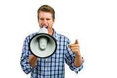 Porträt des verärgerten Mannes schreiend durch Megaphon Stockbild