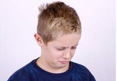 Porträt des verwirrten Jungen Stockfotos