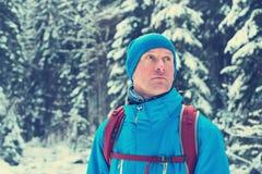 Porträt des Wanderers auf Hintergrund des Schnees bedeckte Kiefer Stockfotografie