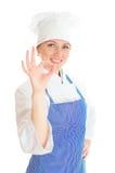 Porträt des weiblichen Chefkochs, der O.K. gestikuliert Stockbild