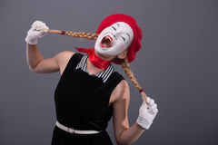 Porträt des weiblichen Pantomimen mit weißem lustigem Gesicht Lizenzfreie Stockfotografie
