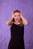 Porträt einer überraschten jungen Frau in einem schwarzen Hemd Stockbilder