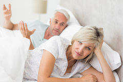Porträt einer Frau außer Mann im Bett Lizenzfreies Stockfoto