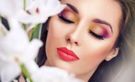Porträt einer hübschen Brunettedame Stockbilder